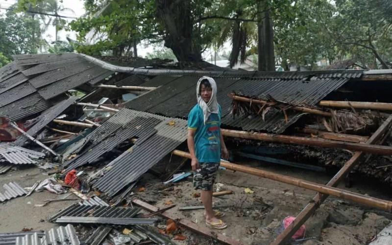 Homem inspeciona sua casa destruída por tsunami em Carita, Indonésia — Foto: Dian Triyuli Handoko/ AP Photo