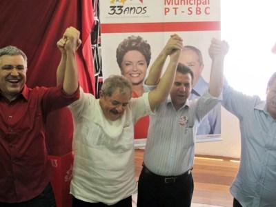 Depois de votar, Lula dá as mãos a Alexandre Padilha, Luiz Marinho (prefeito de São Bernardo do Campo) e Emidio de Souza, candidato à presidência estadual do PT (Foto: Mariana Palma/G1)