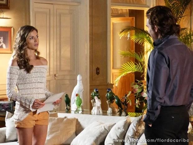 Ester recebe intimação para depor como testemunha de Alberto (Foto: Flor do Caribe / TV Globo)