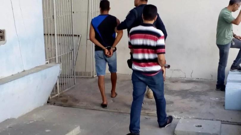 Suspeitos foram conduzidos para a Dehom em Mossoró — Foto: Hugo Andrade/Inter TV Costa Branca