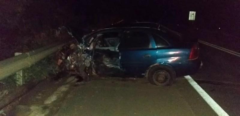 Carro ficou parcialmente destruído após se envolver em acidente  — Foto: Divulgação/Olímpia24horas