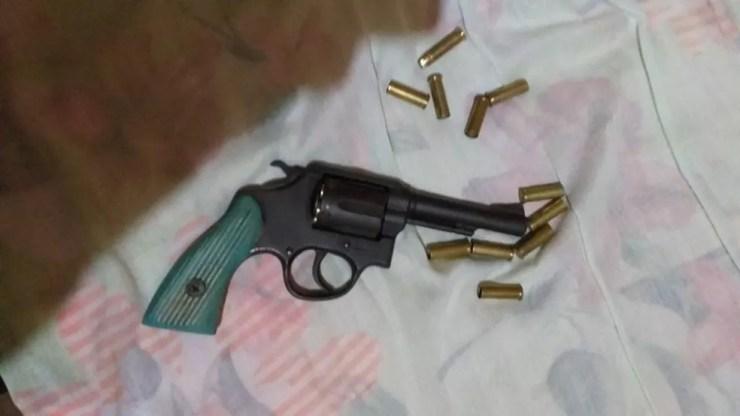 Arma utilizada no crime foi apreendida no distrito de Jacinópolis; Dono da arma foi preso por porte ilegal — Foto: TBN Notícias/Reprodução