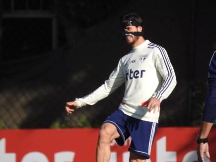 Hudson treina com proteção no nariz — Foto: Eduardo Rodrigues