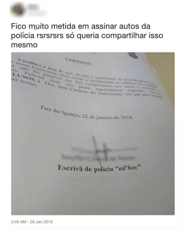 Na mesma rede social, a ex-estagiária exibia documentos aparentemente oficiais, assinados por ela como escrivã de polícia (Foto: Reprodução/Twitter)