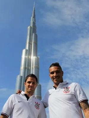 Guerrero e Martinez, em frente ao Kalifa Tower (Foto: Sergio Gandolphi/Globoesporte.com)