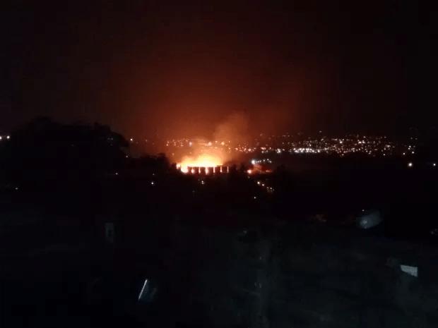 Incêndio chamou a atenção de moradores  (Foto: Jackson Diego/TEM Você)