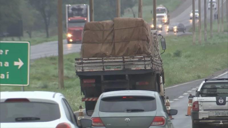 Caminhão que acertou fila de carros na BR-020, no DF (Foto: TV Globo/Reprodução)