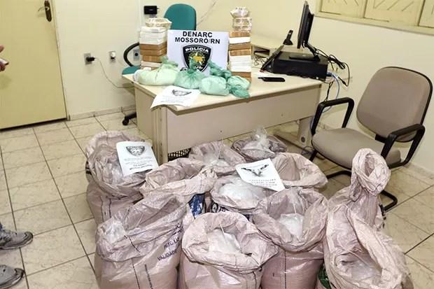 Drogas apreendidas foram levadas para pesagem na Delegacia de Plantão de Mossoró (Foto: Marcelino Neto/O Câmera)