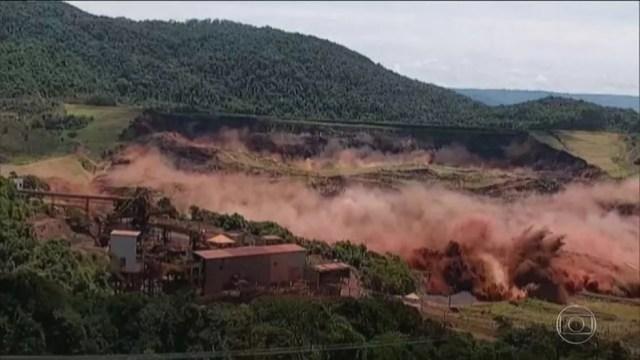 Momento em que a barragem em Brumadinho se rompe — Foto: Reprodução/TV Globo