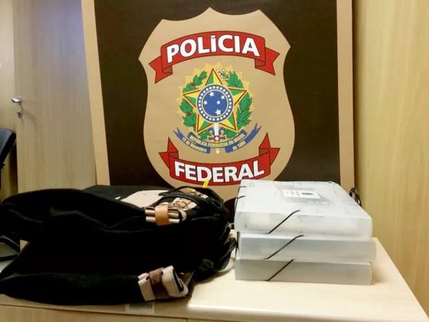 Malotes com material apreendido em dez endereços do Distrito Federal nesta sexta-feira (16) (Foto: Polícia Federal/Divulgação)