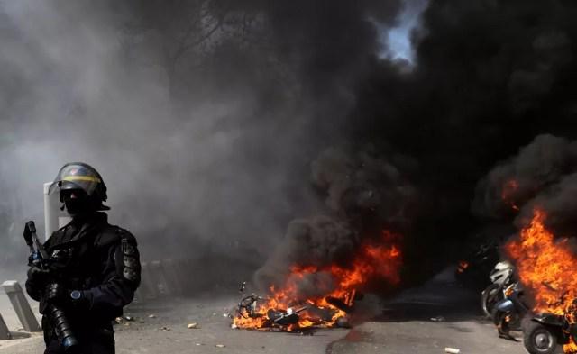 Bicicletas e motos pegam fogo durante protesto dos Coletes Amarelos em Paris — Foto: REUTERS/Yves Herman