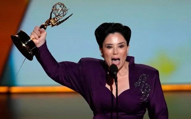 Alex Borstein comemora após ganhar o prêmio de melhor atriz coadjuvante em série de comédia, por 'The Marvelous Ms. Maisel', no 71º Emmy no Microsoft Theatre, em Los Angeles, no domingo (22) — Foto: Reuters/Mike Blake