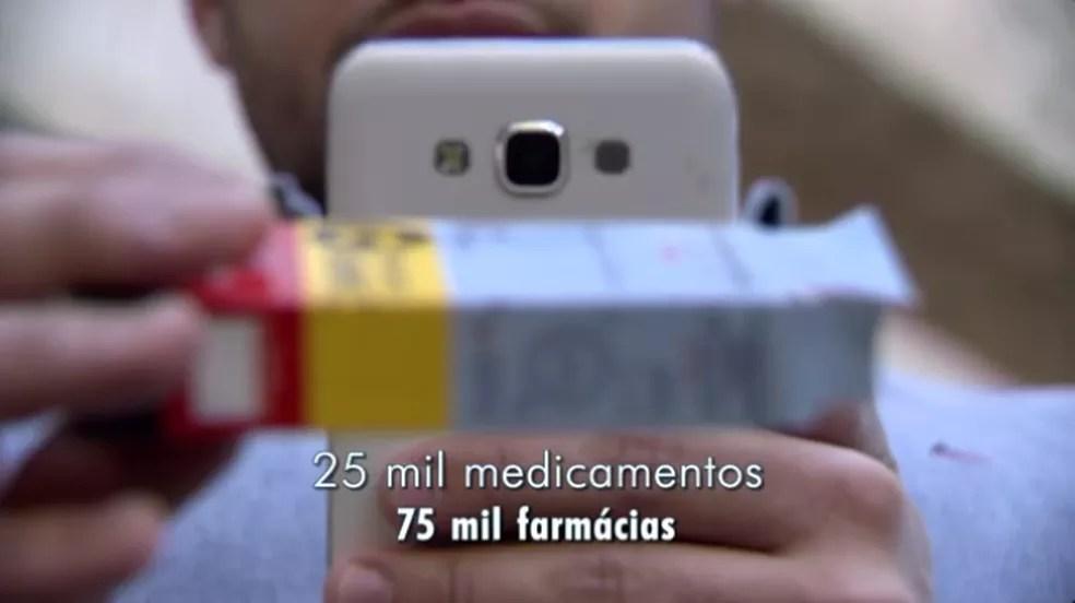 Criador simula utilização de aplicativo no celular (Foto: TV Globo/Reprodução)