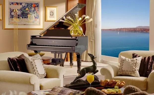 A sala de estar, além de um lindo piano de cauda Steinway, tem uma vista incrível para o lago (Foto: Divulgação/Hotel President Wilson)