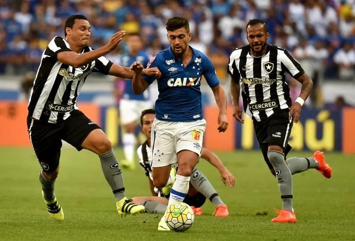 Arrascaeta disputada jogada contra Bruno Silva durante Cruzeiro x Botafogo (Foto: ANDRÉ YANCKOUS/AGIF/ESTADÃO CONTEÚDO)