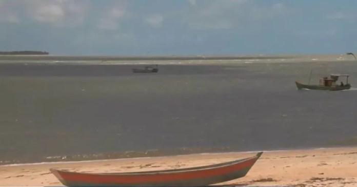 Lama fica dentro do mar — Foto: Reprodução/TV Santa Cruz