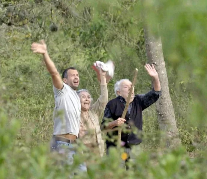 Apolo acena para helicóptero que sobrevoa a mata (Foto: TV Globo)