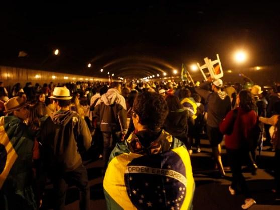 Milhares de peregrinos deixam Copacabana pelo Túnel Novo (Foto: Marcos Serra Lima / Ego)