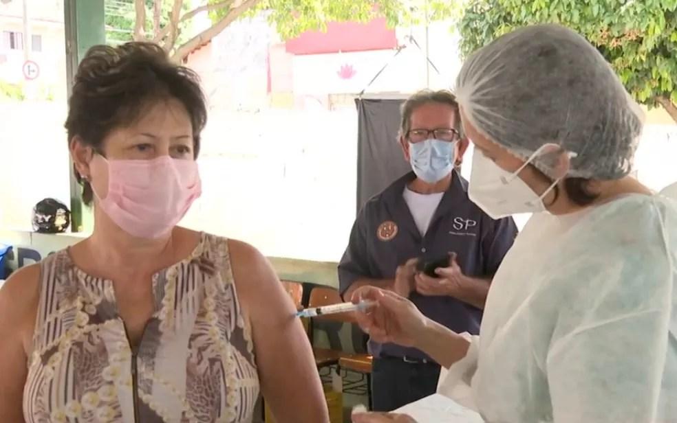 Aplicação da vacina contra Covid-19 em Goiânia, Goiás — Foto: Reprodução/TV Anhanguera