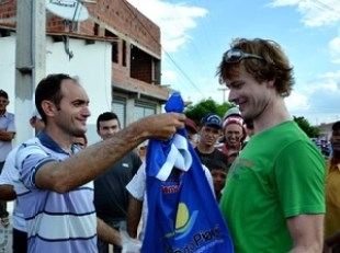 Turista recebeu uma camisa da cidade de presente (Foto: Danilo Bezerra)