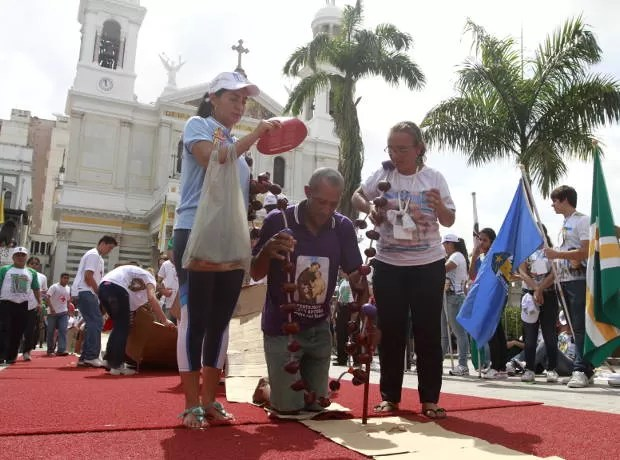 Há promesseiros que acompanham a procissão de joelhos. (Foto: Camila Lima/ O Liberal)