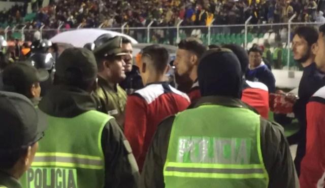 The Strongest x São Paulo - Calleri discute com jogadores adversários (Foto: Marcelo Hazan)