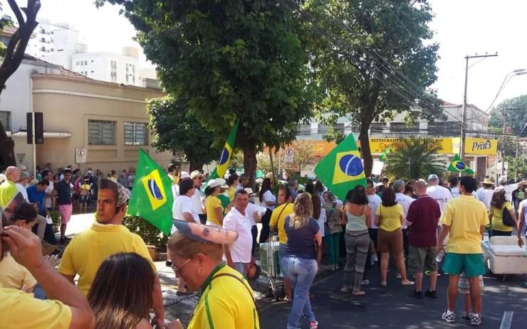 Manifestantes em frente ao Mercadão de Rio Preto (Foto: Juliano Abocater/TV TEM)