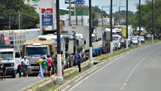 Caminhoneiros bloqueiam rua de bairro em Feira de Santana, na Bahia (Foto: Ed Santos/ Acorda Cidade)