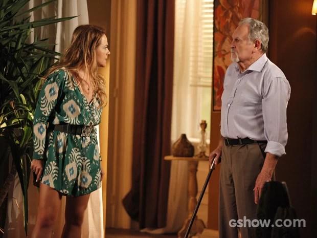 Shirley não quer nem saber e parte para cima do pai (Foto: Pedro Curi/ TV Globo)