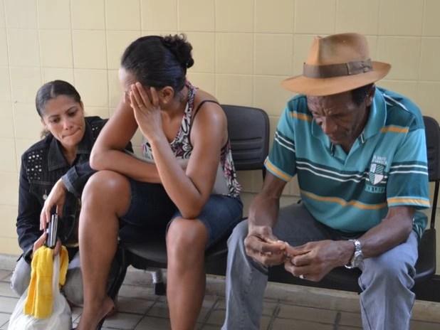 Maria Edivânia (à esquerda) foi ao IML em Aracaju acompanhada da irmã e do pai do marido  (Foto: Marina Fontenele/G1)