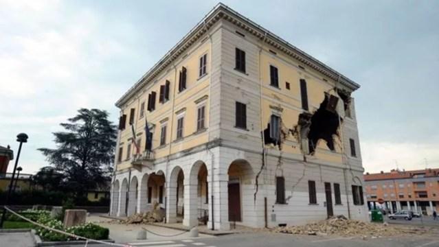 Ao contrário de construções modernas próximas, a torre não sofreu danos com terremotos (Foto: Getty Images)