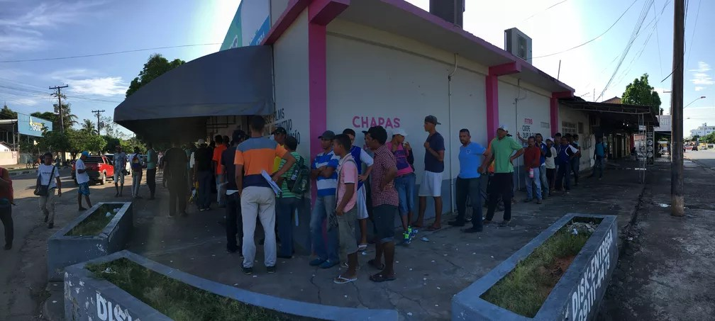 Refugiados esperam distribuição de café da manhã no Centro de Boa Vista — Foto: Emily Costa/G1 RR