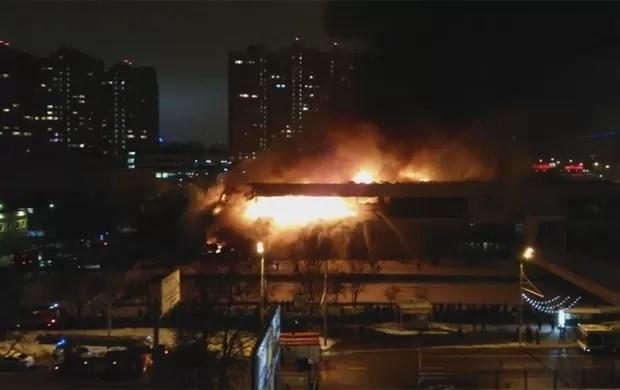 Incêndio em biblioteca de Moscou, na Rússia, mobilizou bombeiros (Foto: Reprodução/YouTube/Eugene Pchelnikoff)