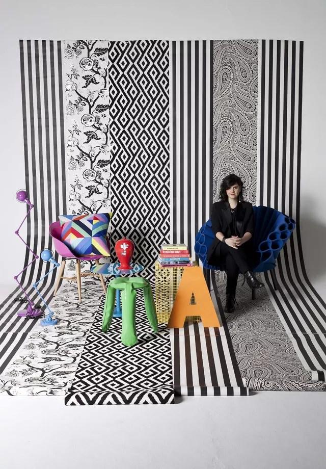 Em contraste com um papel de parede gráfico em branco e preto, a cor salta aos olhos, mas pode cansar: combine com outros objetos bem coloridos para trazer movimento ao ambiente (Foto: Deco Cury/Arquivo Vogue)