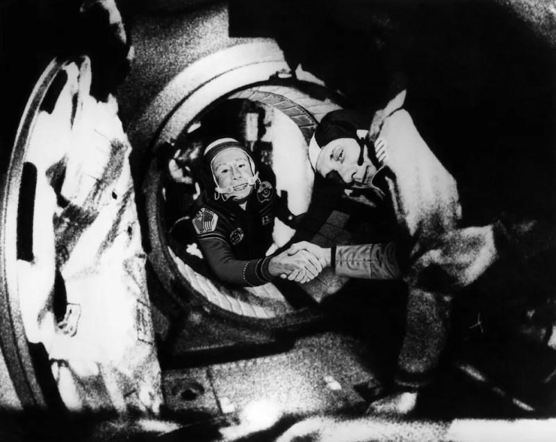 O comandante da tripulação soviética da Soyuz, Alexei Leonov (esquerda) e o comandante da tripulação americana da Apollo, Thomas Stafford (esquerda), apertam as mãos após as manobras de atracação da Apollo-Soyuz, em 17 de julho de 1975 — Foto: HO / NASA / AFP