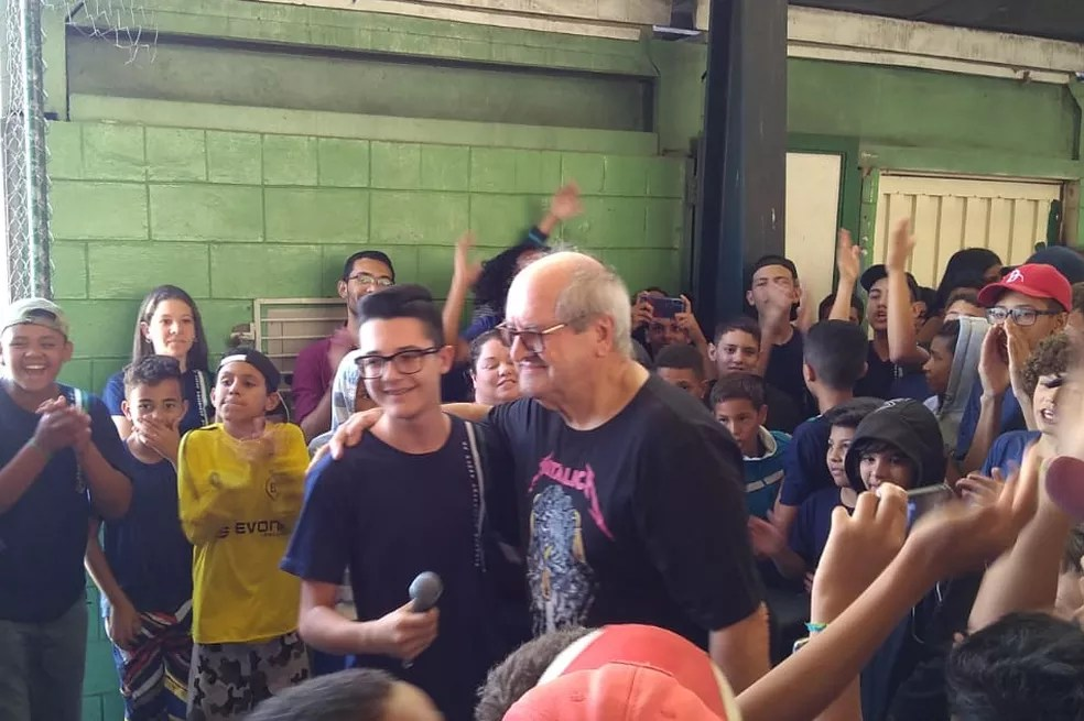 Neto participou de homenagem ao avô no último dia de trabalho dele em escola de Salto — Foto: Francisco Carlos Garrido Lopes/Arquivo pessoal