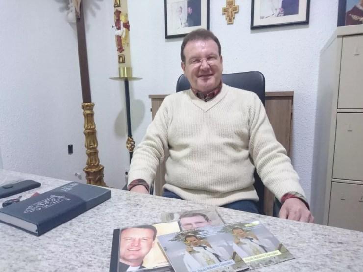 Padre Paulo Gonzalez celebra missas e tem CDs gravados  (Foto: Aline Albuquerque/G1)