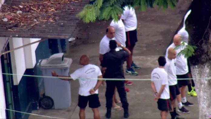Policial bate continência a Pezão na cerimônia de hasteamento da bandeira — Foto: Francisco de Assis/TV Globo
