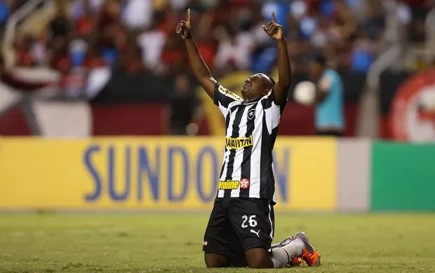 Sassá comemora o gol marcado nos minutos iniciais do clássico.