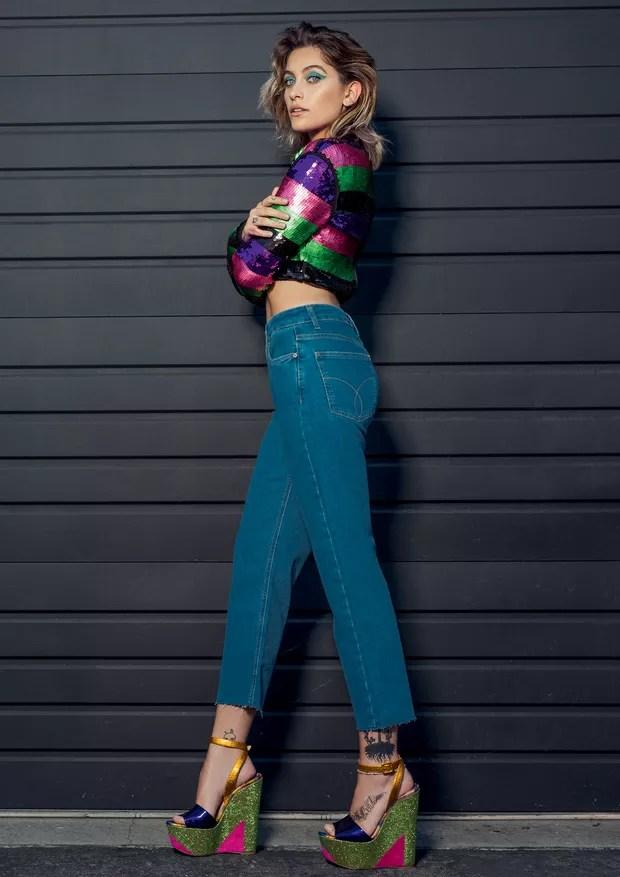 Top de paetês Amir Slama (R$ 1.248), calça jeans Calvin Klein (R$ 359) e plataformas Christian Louboutin (R$ 4.460) (Foto: Jacques Dequeker)