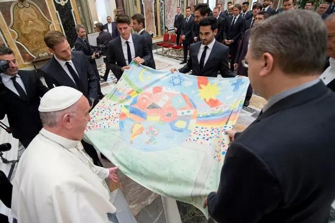 Jogadores da seleção alemã visitam o Papa Francisco (Foto: Reuters)