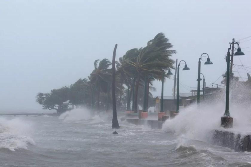 Fortes ondas batem na costa de Fajardo, em Porto Rico, durante a passagem do furacão Irma pelo Caribe  (Foto: Alvin Baez/Reuters)