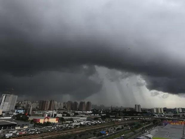 SP - CHUVA/SP - GERAL - Nuvens escuras e carregadas vistas sob a zona sul de São Paulo antes da chuva que atingiu a cidade na tarde desta quarta-feira 26/11/2014 (Foto: Alex Silva/Estadão Conteúdo)