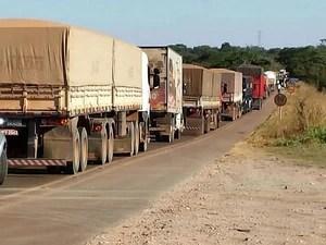 Bloqueio na BR-163, em Sorriso, chegou a provocar 15 km de congestionamento. (Foto: João Carlos Morandi / TVCA)