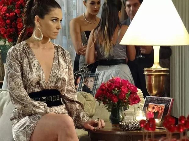 Helô tenta pegar a bolsa de Lívia no casamento de Aída (Foto: Salve Jorge/ TV Globo)