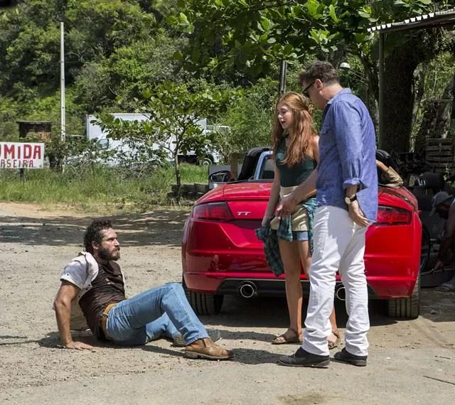 Playboy salva a garota de briga com Dino (Foto: Inácio Moraes/Gshow)