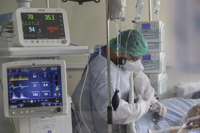Equipe de saúde cuida de paciente com Covid-19 na UTI do Instituto Emílio Ribas, no dia 8 de dezembro. — Foto: Suamy Beydoun/Estadão Conteúdo