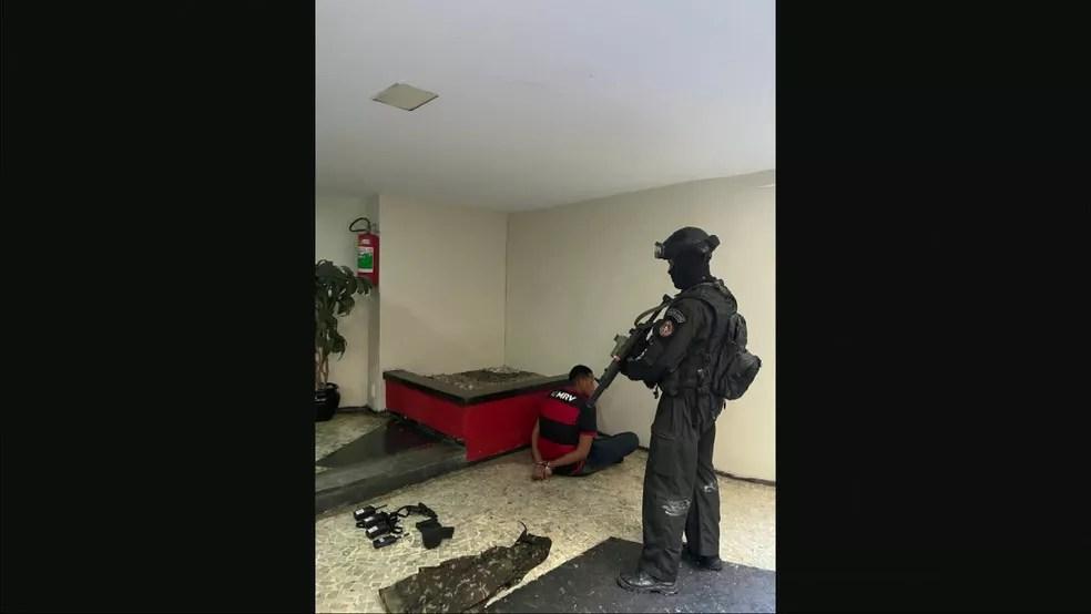 Sequestrador, identificado como Renan Fortunado do Couto, foi preso após se render aos policiais — Foto: Reprodução