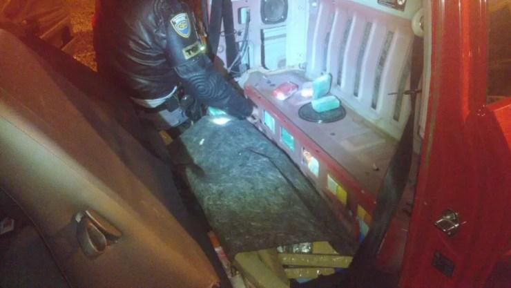 Parte da droga estava escondida no assoalho do carro (Foto: Divulgação/Polícia Rodoviária Estadual )