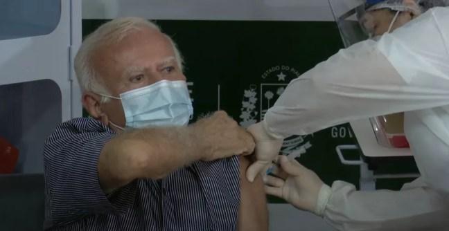 Médico obstetra foi o primeiro imunizado no Piauí — Foto: Reprodução/YouTube Governo do Piauí